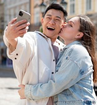Medium shot romantisch koppel dat selfie neemt