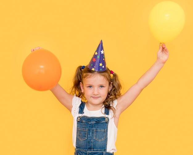 Medium shot schattig meisje met ballonnen