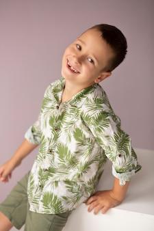 Medium shot smiley kid poseren