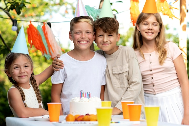 Medium shot smiley kids op feestje