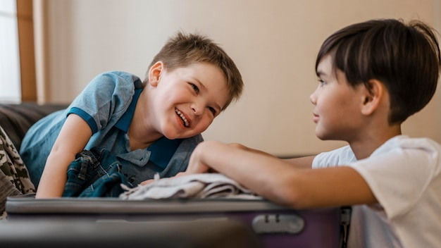 Medium shot smiley kinderen inpakken