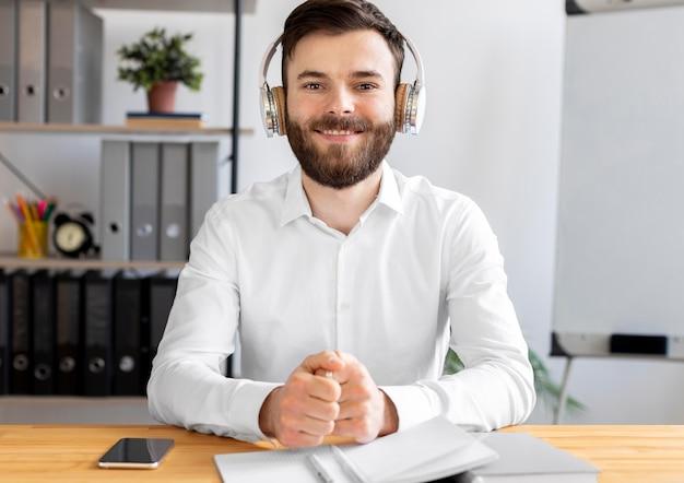 Medium shot smiley man aan bureau