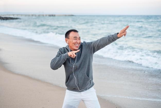 Medium shot smiley man aan zee