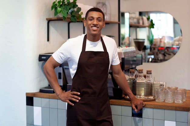 Medium shot smiley man bij coffeeshop