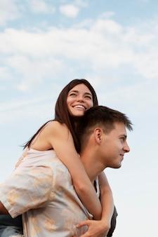 Medium shot smiley man en vrouw