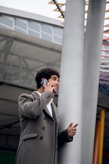 Medium shot smiley man praten aan de telefoon
