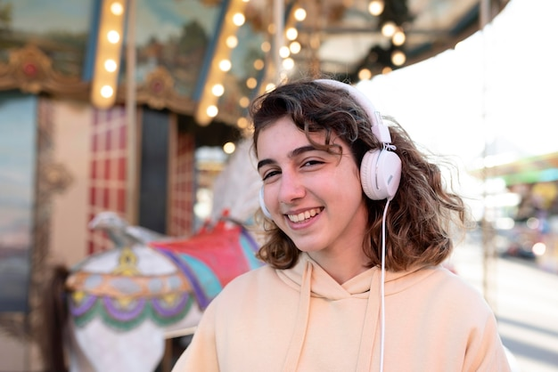 Medium shot smiley meisje met koptelefoon
