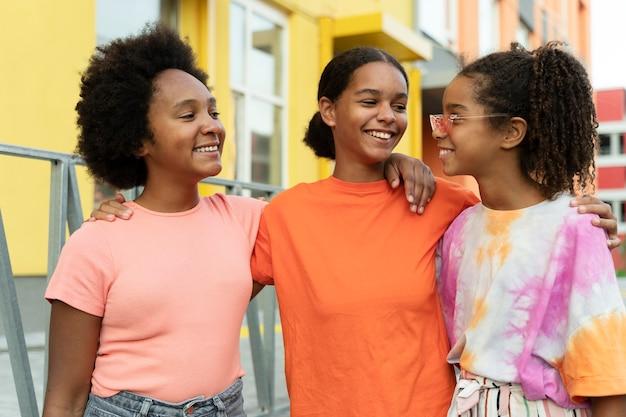 Medium shot smiley meisjes buiten