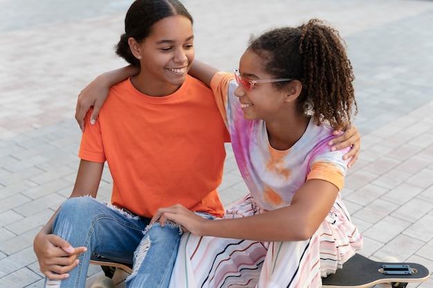 Medium shot smiley meisjes samen
