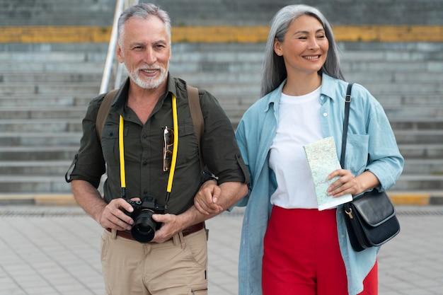 Medium shot smiley mensen die samen lopen