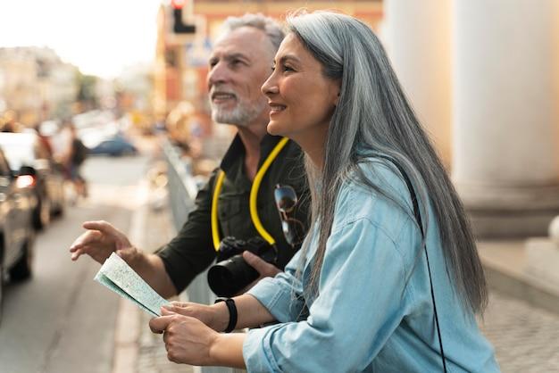 Medium shot smiley mensen met kaart