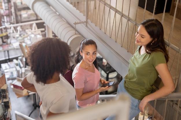 Medium shot smiley studenten aan het chatten