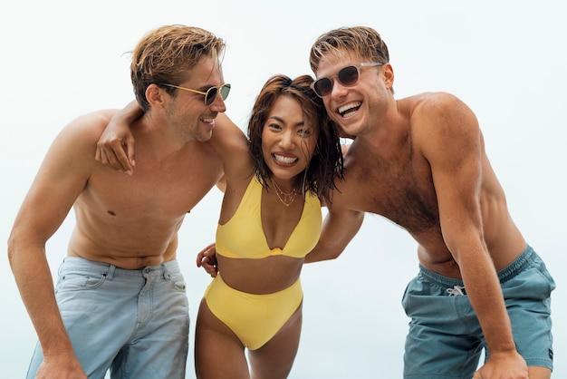 Medium shot smiley-vrienden aan zee