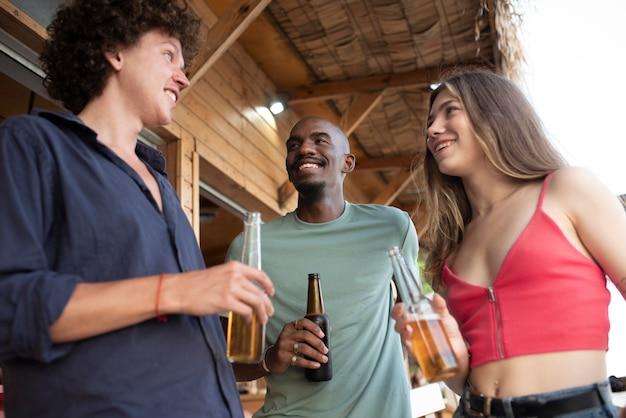 Medium shot smiley vrienden met drankjes