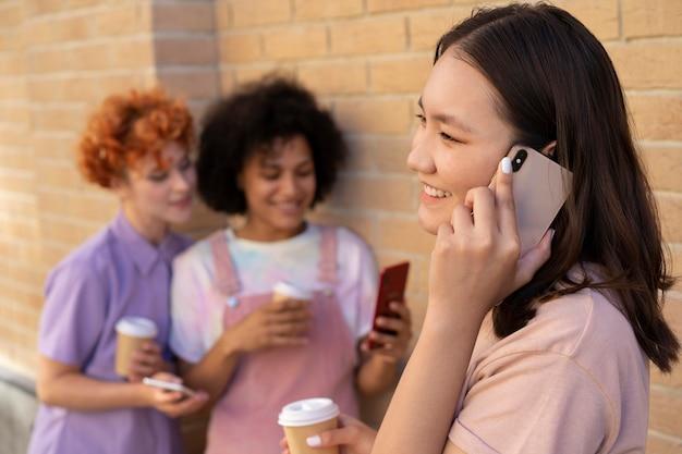 Medium shot smiley vrienden met smartphones