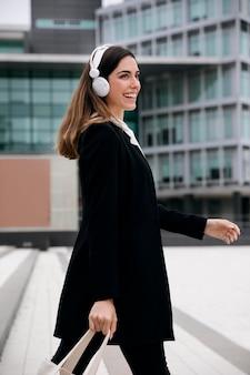 Medium shot smiley vrouw draagtas