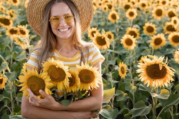 Medium shot smiley vrouw met bloemen