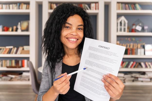 Medium shot smiley vrouw met contract