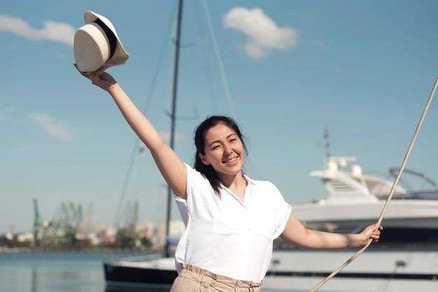 Medium shot smiley vrouw met hoed