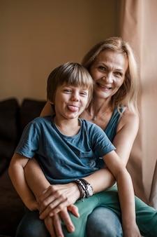 Medium shot smiley vrouw met kind