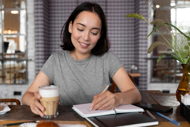 Medium shot smiley vrouw met koffie