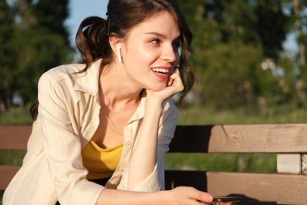 Medium shot smiley vrouw met koptelefoon