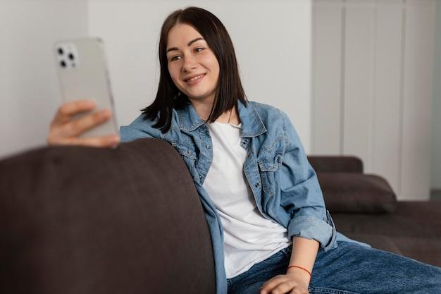 Medium shot smiley vrouw met telefoon