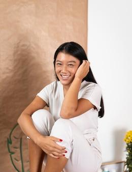 Medium shot smiley vrouw poseren