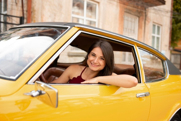 Medium shot smiley vrouw rijdende auto