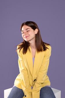 Medium shot smiley vrouw zitten