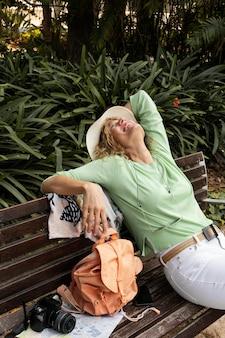 Medium shot smiley vrouw zittend op de bank