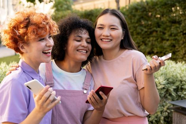 Medium shot smiley vrouwen met smartphones