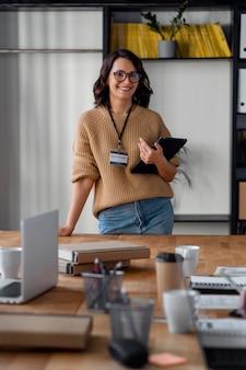 Medium shot smiley zakenvrouw