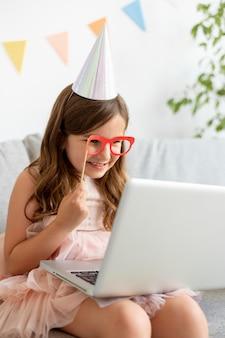Medium shot smileymeisje met laptop