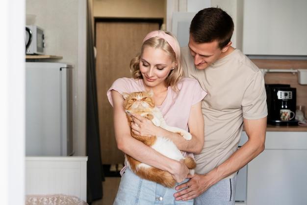 Medium shot smileypaar met kat