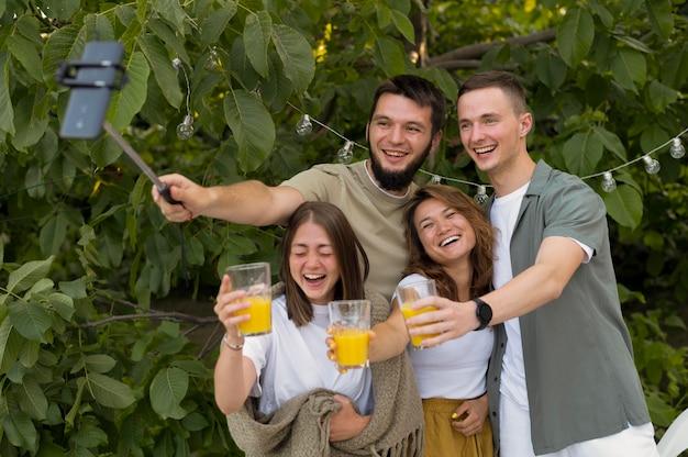Medium shot smileyvrienden die selfie maken