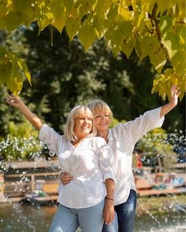 Medium shot smileyvrouwen in het park