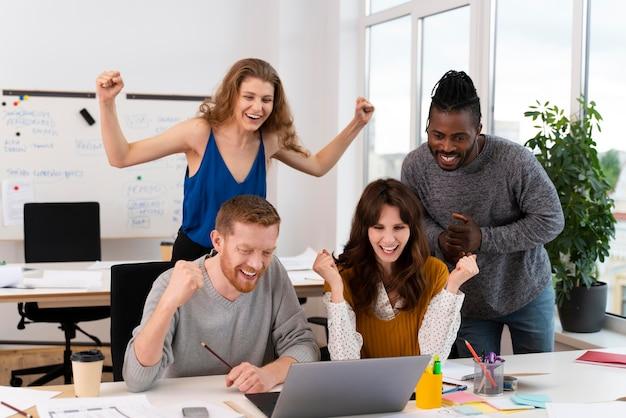 Medium shot succesvolle werknemers vieren feest