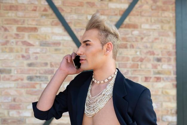 Medium shot transgender die aan het telefoneren is