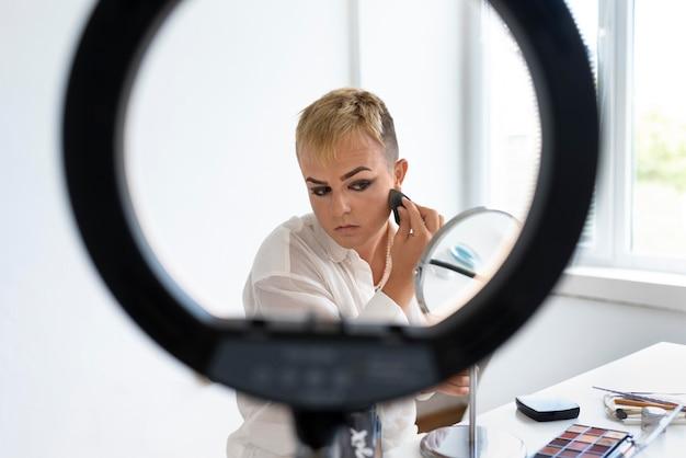 Medium shot transgender met ringlicht