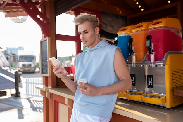 Medium shot transgender met smartphone