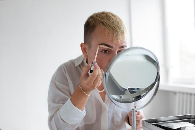 Medium shot transgender met spiegel