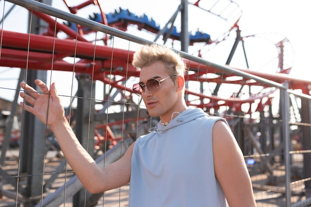 Medium shot transgender met zonnebril