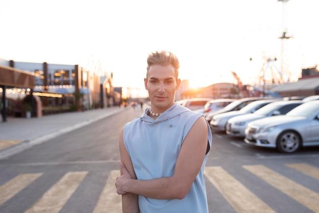 Medium shot transgender stadslevensstijl