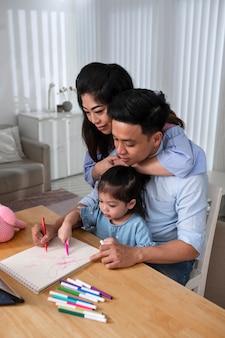Medium shot vader en kind tekenen