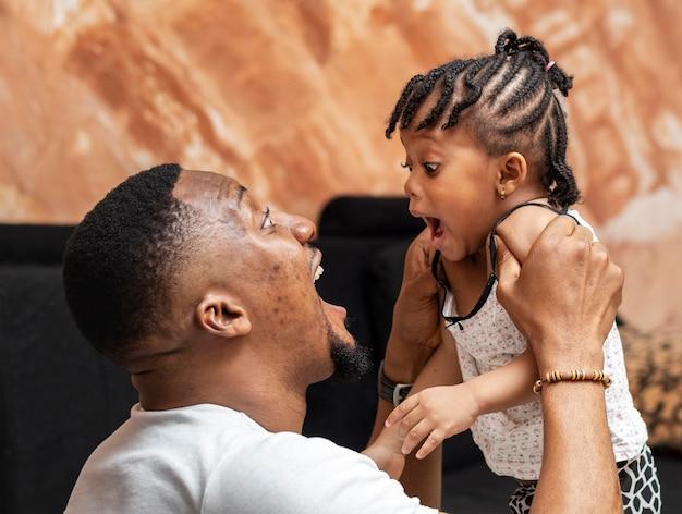 Medium shot vader speelt met meisje