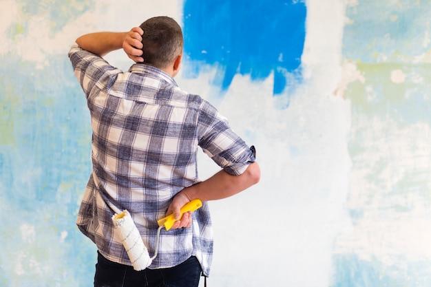 Medium shot van een man die naar een muur kijkt