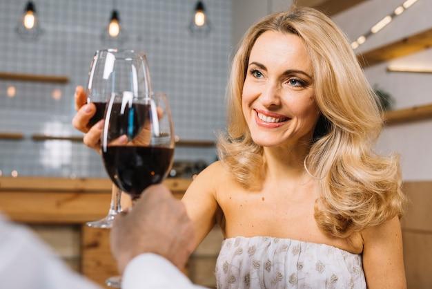 Medium shot van een vrouw tijdens een romantisch diner