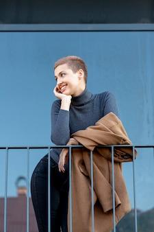 Medium shot van mooie moderne vrouw