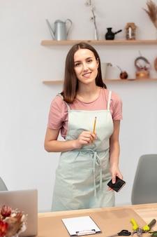 Medium shot van smiley vrouw met een pen